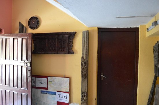 Kumari Guest House: Pieza de madera original de arte newari finamente tallada.