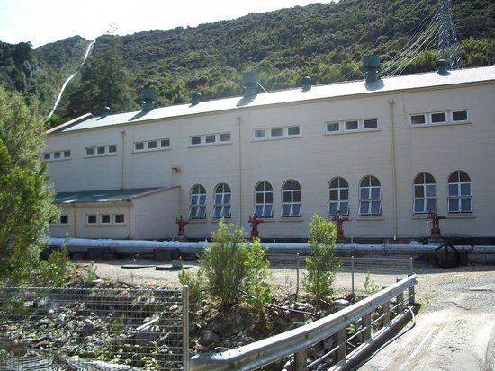 Queenstown Heritage Tours: Lake Margaret powerhouse. Penstock top left