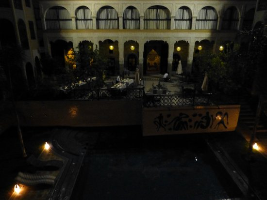 Palais Ommeyad Suites & Spa : Courtyard at night
