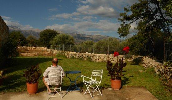 Maza, Grecia: Lovely views from the garden