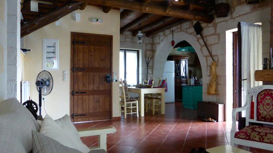 Maza, Grecia: Looking towards the kitchen from the lounge