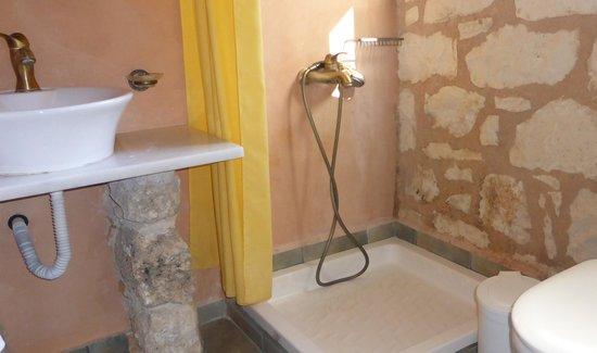 Maza, Grecia: One of the bath/shower rooms