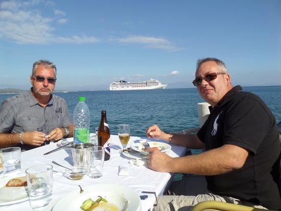 Saga Fish Restaurant: vue sur le bateau depuis la terrasse du restaurant