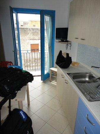 soggiorno-cottura con terrazzino - Foto di Terra del Sole, Favignana ...