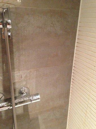 moisissures dans la douche picture of les comtes de mean liege tripadvisor. Black Bedroom Furniture Sets. Home Design Ideas