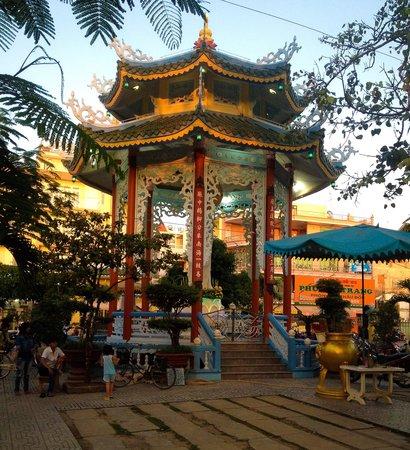 Trung Nguyen Hotel: temple near hotel