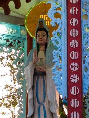 Trung Nguyen Hotel: Quan Am shrine around corner from hotel
