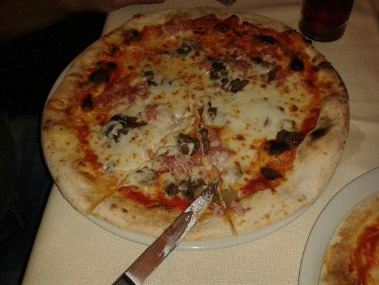 Pizzeria Ristorante Al Carmine : Tasty, thin crust without being mushy