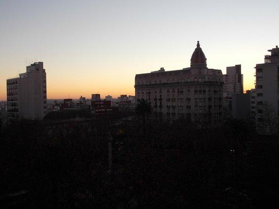 Balmoral Plaza Hotel: Amanhecer, vista do quarto para a praça.