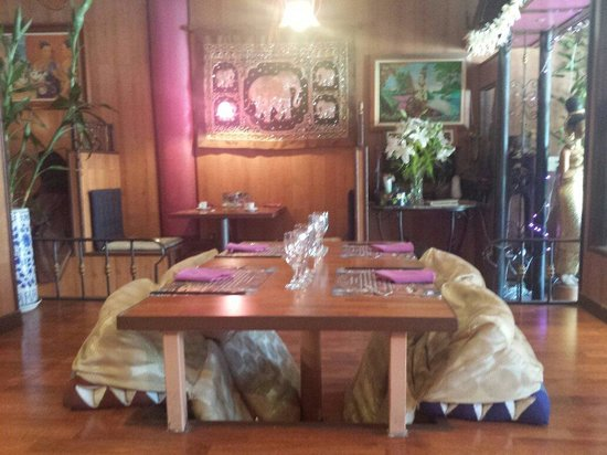 Le Royal Orchid : Tables traditionnelles ou tables simple.