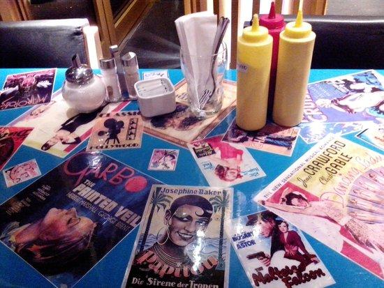 Hamburger Mary's: Mesas com muitas fotos