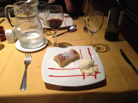 The Downhill Inn: Dessert - Apple tart with cream and ice cream.