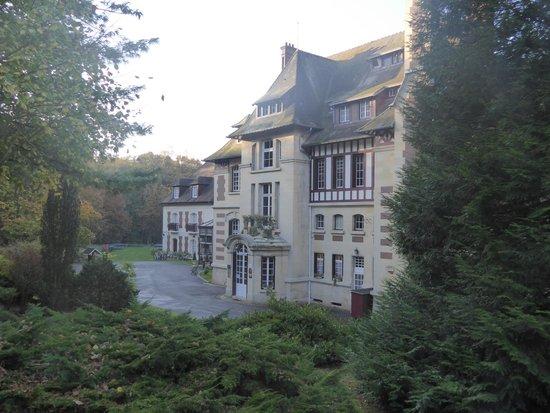 Le Chateau de la Tour : View of the old part from the driveway