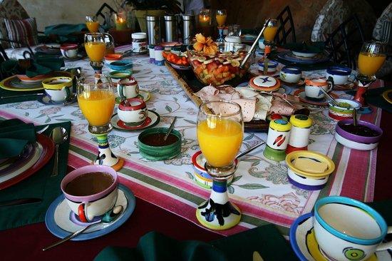 Ambiente Guest House : Peters legendärer Frühstückstisch