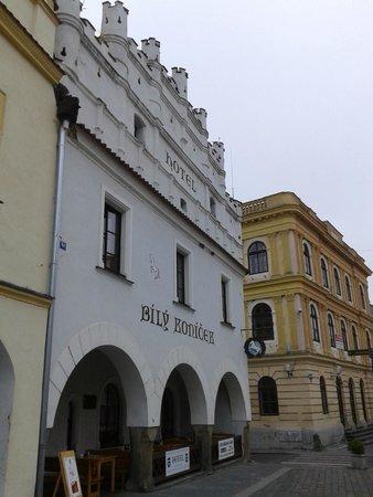 Bily Konicek: Historický hotel na náměstí