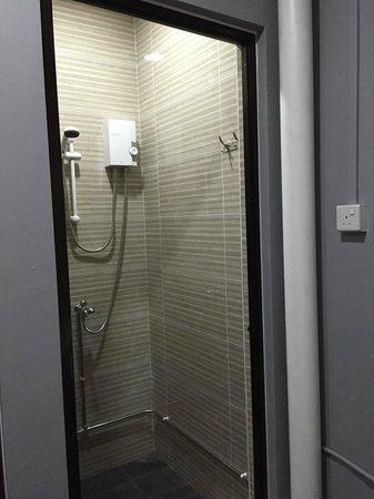 Coziee Lodge: Shower room