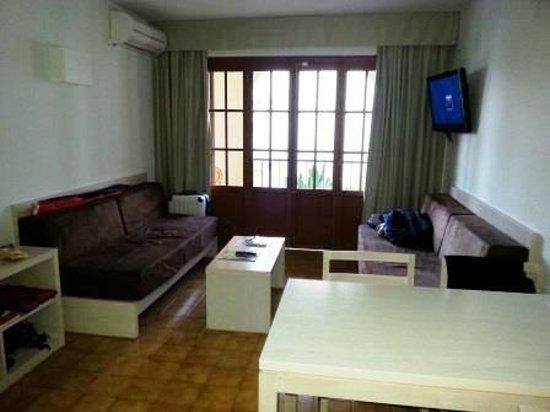 Delfin Apartamentos Casa Vida: Wohnzimmer mit LCD-TV und Balkonzugang