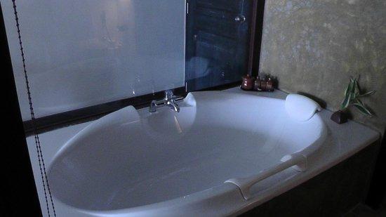 Größe Badewanne eine große badewanne vom zimmer aus sichtbar durch glasscheiben