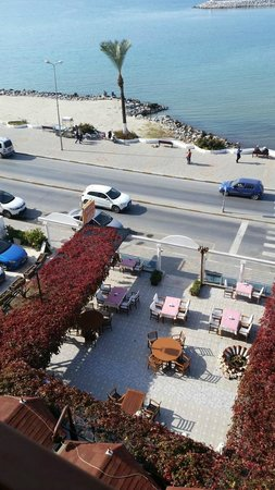 Sozer Hotel : View of outdoor restaurant area and street/seaside