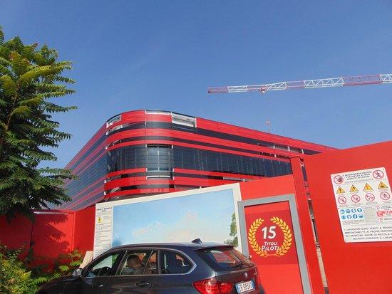 Planet Hotel : Vue sur le building en construction de la Scuderia