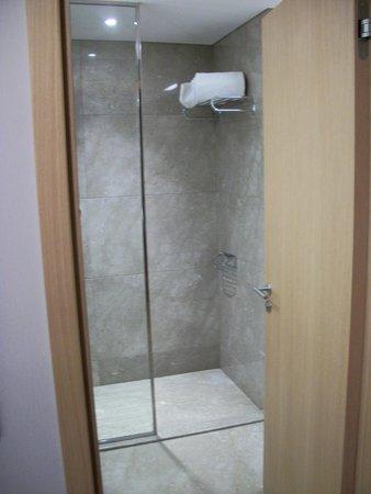 DoubleTree by Hilton Istanbul Avcilar : Shower