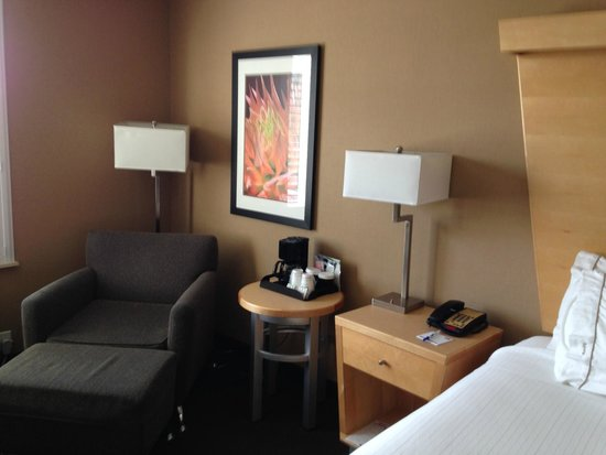 Holiday Inn Express & Suites Modesto-Salida: Comfortable sitting area with lots of light.