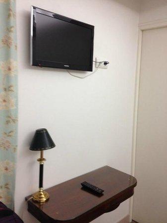Hotel Azur: TV and desk