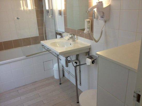 Hotel Azur: Bathroom