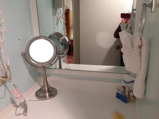 Carmel Resort Inn: Dressing table next to the shower minus the sink. Bummed