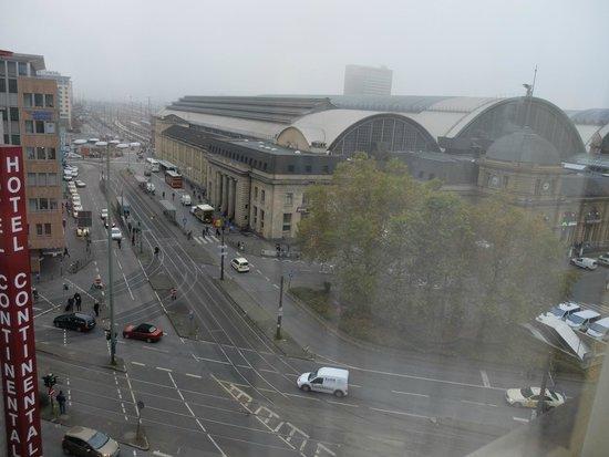 Savoy Hotel Frankfurt: Ausblick zum Bahnhof Fenster hellhörig