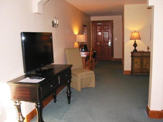 Chateau De Pere : TV area and desk in sitting area