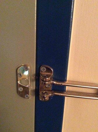 Edmonton Inn and Conference Centre: Broken door security