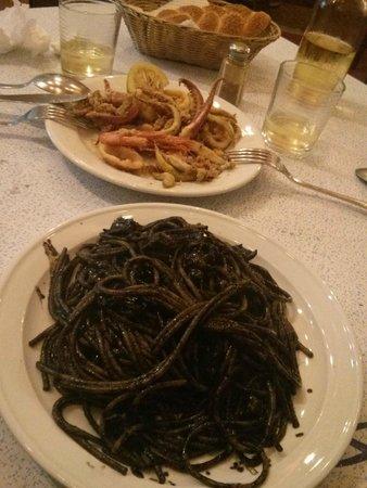 Trattoria Al Vecchio Club Rosanero: Pasta al nero di seppia e fritto misto