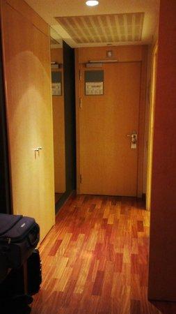 ILUNION Pio XII: Hall de la habitación, con puerta para insonorizar la zona dormitorio del baño.
