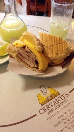 Cervantes: sanduíche de pernil, queijo e abacaxi