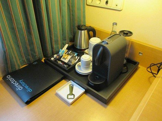 NH Logroño: Cafetera y hervidor en la habitación
