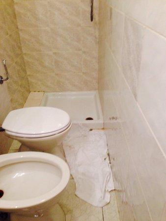 Martelli Hotel : Toilette tugurio allagata perché senza tenda della doccia stanza 48