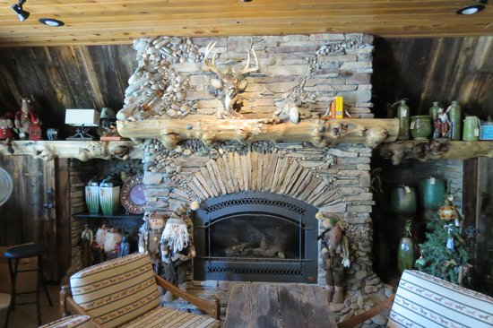 Wagonhammer RV Park & Campground: fireplace in registration centre