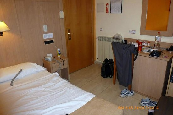 Hotel Canton: My single room was small