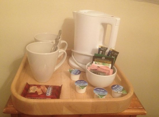 Gullivers Hotel: Complimentary tea tray and biscuits!!
