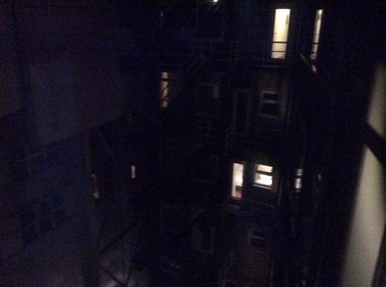 Thon Hotel Rotterdam: uitzicht op de binnenplaats