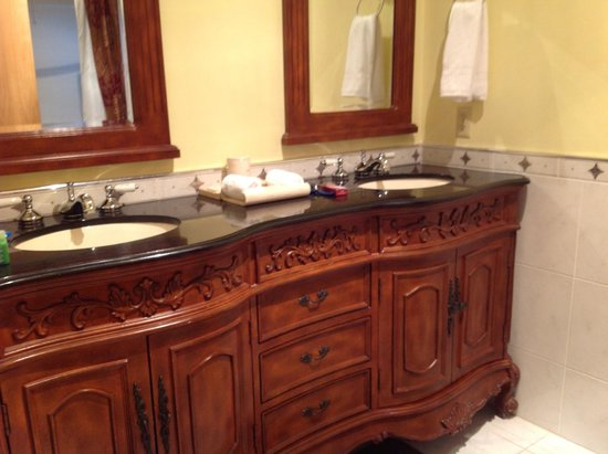 La Tourelle Hotel, Bistro, Spa: Double basin unit in bathroom