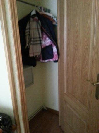 Hostal Santa Cruz : Шкаф в номере