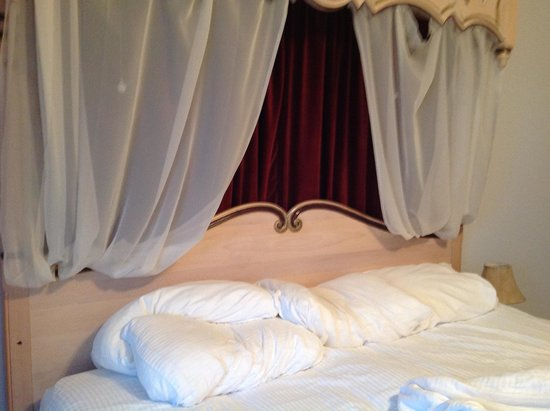 La Tourelle Hotel, Bistro, Spa: Bed