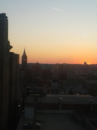 Garfield Suites Hotel : Gorgeous sunset behind the skyline