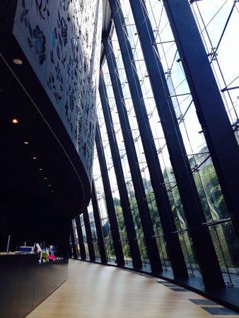Museo Cristóbal Balenciaga: Fachada vista desde el interior