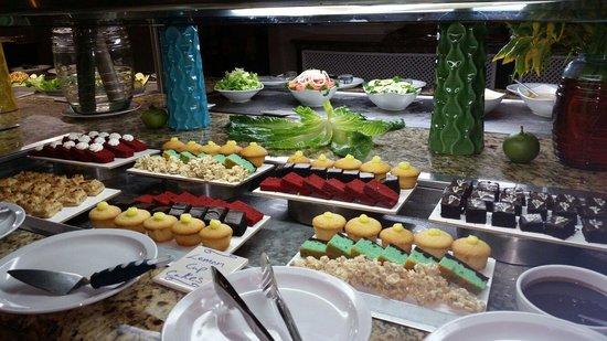 Cap Estate, St. Lucia: Desserts at the buffet