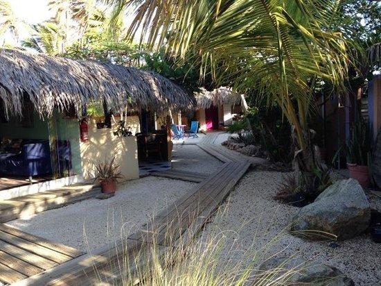Beach House Aruba Apartments: sandy courtyard with wood walkways
