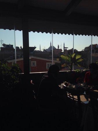 Hotel Centrum Istanbul : Veranda del sesto piano adibita a sala colazioni con vista moschea