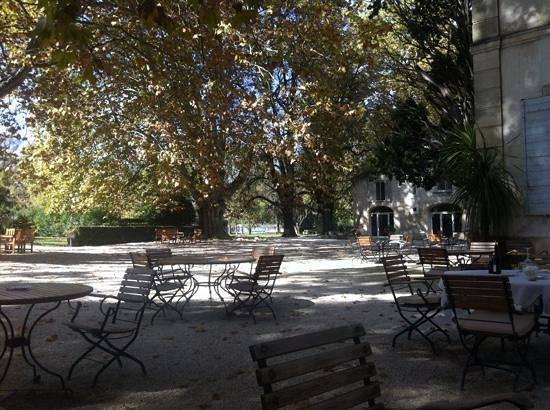 Le Chateau des Alpilles : courtyard and outside dining room